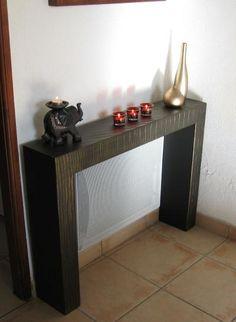 Table d'appoint en carton au dessus du radiateur