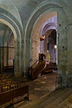 Side aisle, Basilique Saint-Anne d'Apt, Apt (Vaucluse)  Photo by PJ McKey