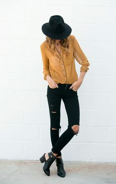 Cute fall look with the mustard colored button down, black hat, black ripped jeans, and black cut out shoes Street Style Outfits, Looks Street Style, Fall Outfits, Casual Outfits, Woman Outfits, Casual Dresses, Moda Fashion, Womens Fashion, Fashion Trends