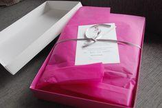 Es increíble todo lo que puede caber dentro de una caja de Sueños De Carlota: exquisitez, sutileza, sencillez, comodidad, encanto, calor, ilusión, cariño... Un sinfín de sensaciones reunidas en una prenda que permanecerá largo tiempo en vuestros hogares. http://www.sueñosdecarlota.com/index.php