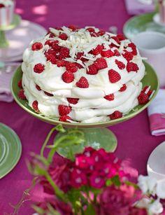 Pavlova-Torte mit Himbeeren