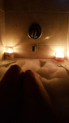 Best way to relax. Bubbles and candles! Tumblr Bubbles, Bath Pictures, Poses Photo, Spa Night, Bath Art, Snapchat Picture, Relaxing Bath, Photos Tumblr, Insta Photo Ideas
