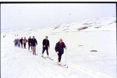 Urho Kekkonen oli tunnettu hiihdon ystävä. Hiihtoretkillä mukana oli yleensä ns. perässähiihtäjien joukko, joiden piti pysyä kovassa vauhdissa mukana, mutta ohittaa ei saanut. Information Center, Pray, Blessed, Outdoor, Outdoors, Outdoor Living, Garden