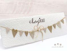 Wunderschöne, handgemachte Grusskarte zum Muttertag aus handgeschöpftem Papier aus eigener Herstellung. Wählen Sie aus vielen Farben, Titeln und weiteren Extra's und konfigurieren Sie so eine einzigartige und liebevoll gestaltete Muttertagskarte. #muttertagskarte #grusskarte #muttertag #liebendank #dankeskarte #herzen #wimpelkette #wimpel #handmade #lilimo #handgeschöpft #pastell #beige #shabby Shabby, Paper, Passion, Pastel, Colors, Nice Asses