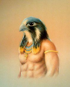 """Hórus: Filho de Osíris e Ísis, tem cabeça de falcão e é o protetor dos faraós e das famílias. Quando perdeu o pai, lutou contra Seth pelo trono de principal deus do Egito. Após intervenção de Osíris, direto do """"Além"""", os demais deuses reconheceram a legitimidade e aclamaram Hórus como líder supremo. Hórus, o altivo, é o deus dos céus. Marido de Hator, a vaca, é considerado o iniciador da civilização egípcia, sendo, por isso, comparado ao deus Apolo. Foi educado e treinado por Toth, o deus da…"""