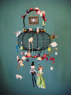 Des brindilles de fleurs folles, des lampions aux couleurs douces, une amoureuse moqueuse, une nuée d'oiseaux, une moustache pour rigoler, d...