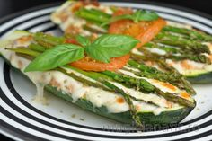 Tasty, low calorie meal, full of protein - this easy baked stuffed zucchini with tuna paprika mixture and asparagus is really great for everyone. Baked Stuffed Zucchini, Low Calorie Recipes, Healthy Recipes, Asparagus Beans, Gluten Free Diet, Healthy Nutrition, Other Recipes, Easy Meals, Vegetarian