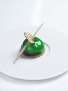 La crème moelleuse au citron Yuzu, sablé breton chez Michel Rostang Restaurant. Restaurant d'un Grand Chef Relais & Châteaux en ville. Paris, France.