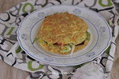 Tortilla rellena de ensalada y salsa de queso