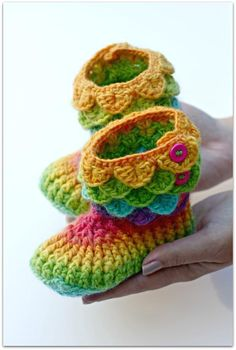 Crochet Crocodile Stitch Boots (Child Sizes) These are so cute. Crochet Slipper Boots, Crochet Baby Booties, Crochet Slippers, Crochet Gratis, Free Crochet, Knitting Patterns, Crochet Patterns, Baby Patterns, Crocodile Stitch