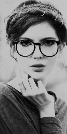 ラウンド型の中でも、フレームの大きいメガネはキャッチーな自分を演出できます。メガネをかけた奥のアイメイクも、眉毛をしっかり書き、下まつ毛に重点を置いたポイントメイクにすることで、ぐっと女を引き立てます。