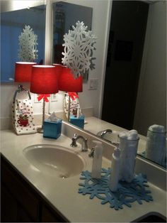 Check Out 20 Amazing Christmas Bathroom Decoration Ideas. Christmas bathroom seats which are incredible and really creative for winter season and Christmas. Natural Christmas, Beautiful Christmas, Simple Christmas, Christmas Home, Apartment Christmas, Christmas Design, White Christmas, Christmas Bathroom Decor, Diy Weihnachten