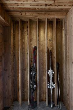 Chalet Mountain Inspiration – Méribel – Ski Room – Rack à Ski – Déposer les s… Alpine Chalet, Swiss Chalet, Chalet Design, Chalet Style, Chalet Ski, Ski Ski, Ski Lodge Decor, Chalet Interior, Interior Design