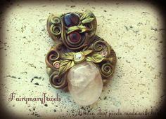 Quarzo e granato per questo gioiello raffinato ed elegante, impreziosito da piccoli swarovski