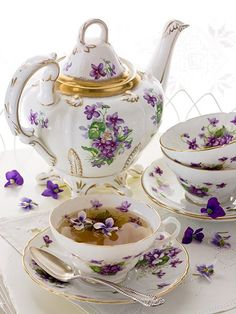 Beautiful violet chintz vhins tea set at tea time Dresser La Table, Café Chocolate, Tee Set, Teapots And Cups, Teacups, Cuppa Tea, Tea Service, My Cup Of Tea, Coffee Set