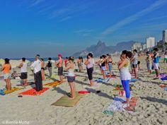 Não é preciso ter experiência na prática de yoga e pessoas de qualquer idade podem participar, basta levar um tapetinho ou canga para forrar o chão