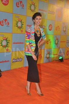 It was a busy day for Deepika Padukone. She promoted Ram-Leela through the day and later on walked the red carpet at the Nickelodeon Kids Choice Awar. Kids Choice Award, Choice Awards, Pallazo Pants, Shrug For Dresses, Indian Celebrities, Deepika Padukone, Winter Wear, Passion For Fashion, Party Wear