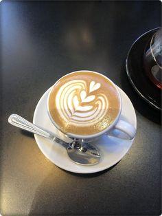 Great Coffee - The World Of Coffee Coffee Latte Art, Tea Latte, Coffee Girl, Coffee Lovers, Coffee Cups, Coffee Maker, Latte Art Tutorial, Coffee Shop Photography, Art Photography