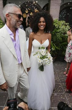 Le mariage de Vincent Cassel et Tina Kunakey Natural Hair Wedding, Natural Wedding Hairstyles, Natural Hair Brides, Wedding Looks, Chic Wedding, Dream Wedding, Model Tips, Tina Kunakey, Braut Make-up
