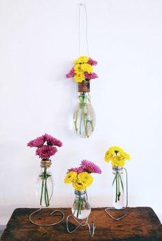 Jarrones adornados como si fueran bombillas al puro estilo florero. En Viloop esta idea nos encanta... #jarrones #bombillas #flores