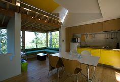 008軽井沢Fさんの家(建築家:鈴木 宏幸)- 建築作品写真:リビング  造作の大きなソファ。  木の天井がやさくしく包んでくれています。