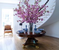 The Multitalented Carolyne Roehm on Her Deepening Love of Interiors, Fashion and Florals – Decorating Foyer Foyer Design, Entryway Decor, Entryway Tables, Round Entry Table, Vases Decor, Table Decorations, Centerpieces, Foyer Decorating, Crystal Vase