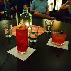 Do #cafebarpilotu jsme s rodiči přišli původně na kávu ale díky skvělému přístupu tamního barmana jsme raději ochutnali některé z jejich koktejlů pojmenovaných podle podniků na Krymské  #cocktailbar #cocktail #radekchlasta #krymska #cozyplace #prague
