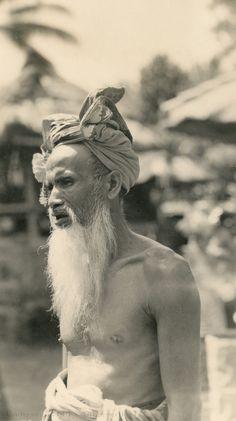 Balinese greybeard with udeng (Underground PFV Uitgeverij) Tags: portrait people bali man history indonesia asia southeastasia greybeard nederlandsindi dutcheastindies udeng efdbali