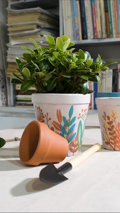 Painted Plant Pots, Painted Flower Pots, Clay Pot Crafts, Diy Home Crafts, Flower Pot Art, Flower Pot Design, Decorated Flower Pots, Pottery Painting Designs, Diy Planters