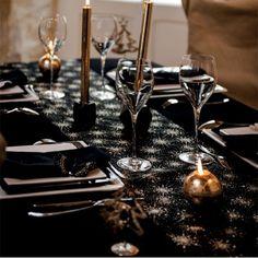 Le chemin de table chevron noir et flocon or