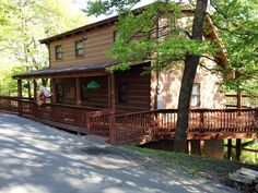 Lazy Daze - Come enjoy this recently updated, lovely log cabin with bubbling hot tub on the extra large deck. - http://www.auntiebelhams.com/cabins/97-lazy-daze