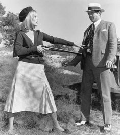 Old movies are great sources of fashion inspiration and I can't think of a better one than Bonnie and Clyde, directed by Arthur Penn. Faye Dunaway as outlaw Bonnie Parker became one of the sharpest iconic figures and is right. Bonnie Parker, Bonnie And Clyde Movie, Bonnie And Clyde Costume, Bonnie And Clyde 1967, Bonnie And Clyde Photos, Old Hollywood Style, Hollywood Fashion, Classic Hollywood, Hollywood Icons