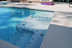 A pool showing Lightstreams Glass Tile on the waterline.