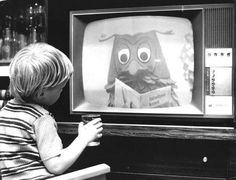 Little boy watching tv in the early If you're a Dutchy, you'll recognize Mr Owl from the Fabeltjeskrant. Holland, Timeless Series, Community Tv, Nostalgic Pictures, Vintage Television, Good Old Times, Vintage Tv, Sweet Memories, The Good Old Days