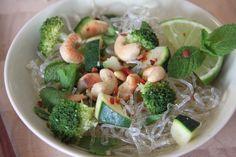 In dit recept zijn we aan de slag gegaan met kelp noodles. Kelp noodles zijn voor een groot deel gemaakt van, je raadt het al: kelp. Een zeewier/alg-achtige propvol essentiële voedingsstoffen. En mooi meegenomen, je kunt het perfect gebruiken als alternatief voor noodles of pasta gemaakt van tarwe!Wij maakten er dit keer een salade van maar de toepassingen zijn eindeloos.