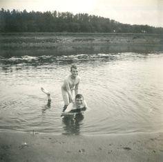 Tsarevich Alexei Nikolaevich e seu primo o Príncipe Igor Konstantinovich se divertindo nus no River Dnepr em 1916.