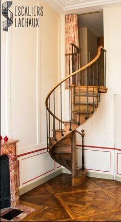 Escalier colimaçon ancien tout bois du XIXe de petite hauteur, installé l'établissement Lachaux. Wood spiral stair case from XIXth, low height, installed by Lachaux establishment.