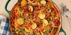 Spaghetti with Smoked Turkey and Leeks - Pasta Recipes Veggie Recipes, Vegetarian Recipes, Cooking Recipes, Entree Recipes, Grilled Vegetables, Easy Weeknight Dinners, Pasta Dishes, Easy Dinner Recipes, Spaghetti Pie