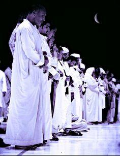 """Sura Al-Ihlas  Im Namen Allahs, des Allerbarmers, des Barmherzigen!  Sprich: """"Er ist Allah, ein Einziger, Allah, der Absolute, (Ewige, Unabhängige, von Dem alles abhängt). Er zeugt nicht und ist nicht gezeugt worden, und Ihm ebenbürtig ist keiner."""""""