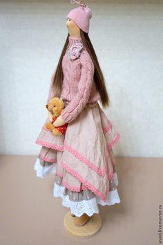 Купить или заказать Кукла тильда Мила в интернет-магазине на Ярмарке Мастеров. Кукла изготовлена в смешанном стиле , которому название я еще не придумала, хотя назову его вольным кукольным стилем)))))) Платье сшито из натурального хлопка про-во США и натурального льна. Отделано хб шитьем и кружевом. Свитерок связан мною из полушерстянной пряжи .Обувь также выполнена мною вручную. Может сидеть самостоятельно. Волосы -искусственные трессы.