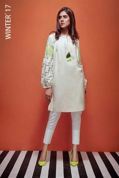 Would paint sleeves like that Stylish Dresses For Girls, Stylish Dress Designs, Simple Dresses, Casual Dresses, Pakistani Fashion Casual, Pakistani Dresses Casual, Pakistani Dress Design, Kurta Style, Sleeves Designs For Dresses