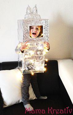 """Ich liebe ja etwas schönes zu machen aus dem was man so zu Hause findet… Erik hat Faschingim Kindergarten unter dem Motto """"Weltall"""" und ich habe gleich gewusst das sein Kostüm glänzend und leuchtend sein muss:) Ein Roboter!!! Also, was hab ich dazu gebraucht? 2 Kartons 2 große Plastikflaschen 2 Plastik-Becher 1 Plastikbox viele Sprudeldeckel …"""