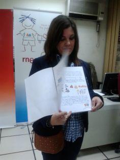 """Profesora del colegio Alauda en Córdoba mostrando el cuento de su clase """"La polilla voladora"""" uno de los tres finalistas de la X edición"""