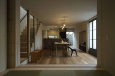 House in Minami Kounoike: MimasisDesign [ミメイシスデザイン]が手掛けたtranslation missing: jp.style.リビング.modernリビングです。