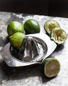 Italian sitronpresse fra @haydesign Lag deg en deilig fersk lemonade med denne klassisk sitronpressen i rustfritt stål. Perfekt til å presse sitroner og andre sitrusfrukter. Laget i Italia. Foto & styling @adrianpedersen #gjørnoenglad #tingbutikkene #sommer Kitchen Utensils, Lime, Fruit, Food, Diy Kitchen Appliances, Kitchen Gadgets, Lima, Cookware, Kitchen Essentials