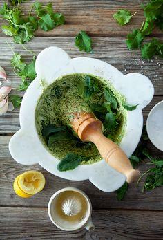 Grönkål är bland det nyttigaste du kan äta. Testa att göra en grönkålspesto som du kan toppa din pasta med eller som krydda i en ljummen potatissallad. Orkar du inte mortla alla ingredienser går det finfint att köra allt utom oljan i en mixer och sedan tillsätta oljan droppvis mot slutet. Receptet kommer från svenska Svegro som odlar sina örter och sallader på Färingsö. Läs också: 9 goda skäl att äta grönkål ofta