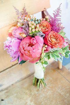 El ramo es una parte importante del look de la novia. Asegúrate que te complementa cuando vayas caminando por el pasillo y en tus fotos de boda. Peonias, dalias, lilies y hidrangeas.