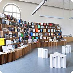 Una librería retráctil construida con cartón