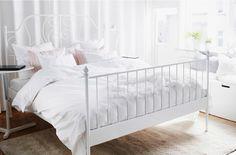 Спальня с кроватью ИКЕА, столиком для ноутбука, торшером, ковром и тумбами для хранения