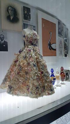 The Garden Jardin Fleuri dress model and perfum bottles in Dior Designer of Dreams Exhibition Christian Dior, Dior Paris, Dior Designer, Vintage Outfits, Vintage Fashion, Rose Print Dress, Court Dresses, Dior Dress, Dapper Day